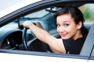meitene ar auto